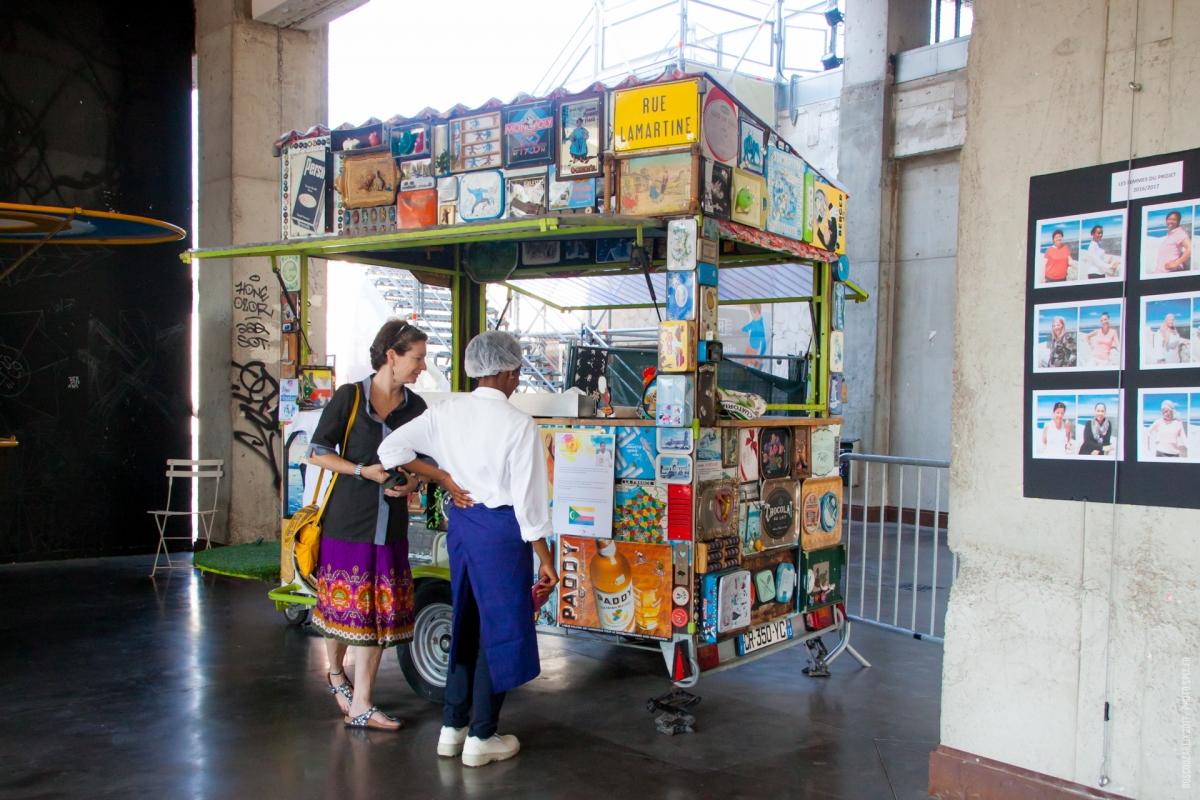 Des toiles et des femmes investit les carrioles de la for La table de guy marseille